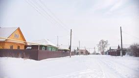 Stara chałupa w śnieżystej pustej wiosce w rosjaninie zbiory