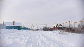Stara chałupa w śnieżystej pustej wiosce w rosjaninie zbiory wideo