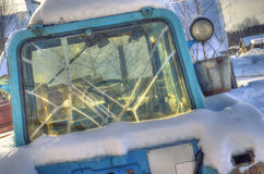 Stara ciągnikowa taksówka z łamanymi okno zdjęcia stock