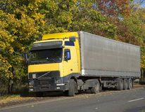 Stara ciężarówka na drodze Zdjęcie Royalty Free