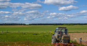 Stara ciężarówka na tle pole i las zarówno jak i ruch chmury zbiory