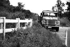 Stara ciężarówka obok ulicy Fotografia Stock