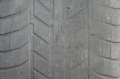 Stara czarna opona z przetartym stąpaniem i pęknięcia, będący ubranym stary samochodowej opony stąpanie, stary uszkadzający, będą zdjęcia royalty free