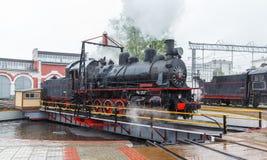 Stara czarna parowa lokomotywa w Rosja Obrazy Stock