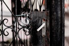 Stara czerni żelaza brama Zamykająca Blokującą zdjęcie stock