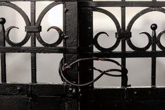 Stara czerni żelaza brama Zamykająca Blokującą zdjęcia royalty free