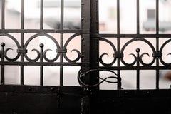 Stara czerni żelaza brama Zamykająca Blokującą obraz stock