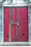 Stara czerwień zamykał drzwi w świątyni Fotografia Royalty Free