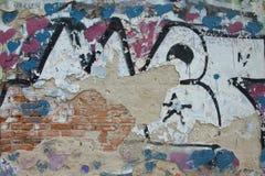Stara czerwona ściana z cegieł z pęknięciami i stara farba menchii i błękitnej fotografia stock