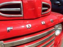 Stara czerwona rocznik furgonetki ciężarówka Ford fotografia stock