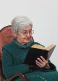 stara czytelnicza kobieta zdjęcie royalty free