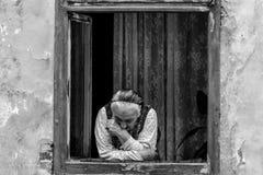 Stara dama na okno w Sibiu, Rumunia obrazy royalty free