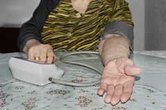 Stara dama sprawdza jej ciśnienie krwi obraz stock