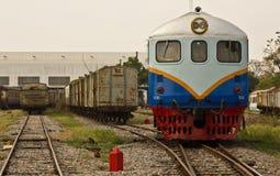 Stara dieslowska lokomotywa w sztachetowym jardzie Zdjęcie Stock