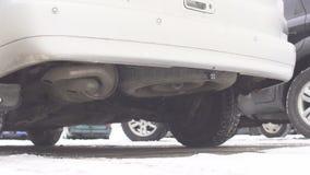 Stara dieslowska samochodowa wydmuchowa drymba, dieslowski zimny początek, dym, zima zdjęcie wideo