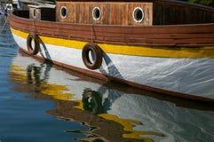 Stara drewniana łódź i swój odbicie w wodzie Zdjęcia Royalty Free