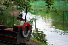 Stara drewniana łódź na brzeg staw w parku Obrazy Royalty Free