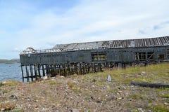 Stara drewniana łódkowata jata w ugodzie Teriberka na banku Barents morze fotografia stock