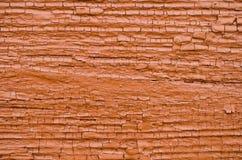 Stara drewniana ściana z krakingowym zmrokiem - pomarańczowa farba zdjęcie stock