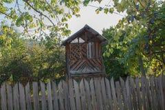 Stara, Drewniana śpiżarnia dla kukurudzy w wiosce, zdjęcia stock