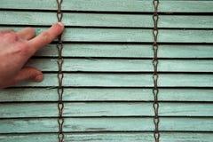 Stara drewniana żaluzja z jeden ręki wskazywać Tekstury i backgrou zdjęcia royalty free