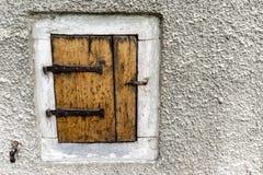 Stara drewniana żaluzja z metalem zależy od w kamiennej ramie obrazy royalty free