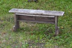 Stara drewniana ławka na tle zielona trawa Zdjęcie Royalty Free