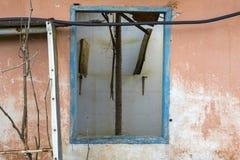 Stara drewniana błękitna nadokienna rama na pomarańczowej ścianie zaniechany dom zdjęcia stock