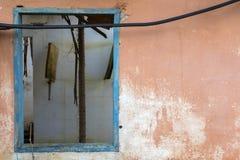 Stara drewniana błękitna nadokienna rama na pomarańczowej ścianie zaniechany dom obraz royalty free