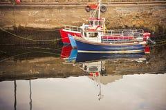 Stara drewniana barwiona łódź cumujący Irlandia obraz stock