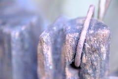 Stara drewniana bela z stalowym drutem obrazy stock