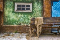 Stara drewniana fura w wiosce na tle stary dom Wielka błękitna drewniana brama zdjęcie royalty free