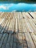 Stara drewniana gramocząsteczka i jezioro Fotografia Stock
