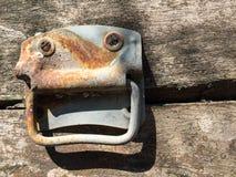 Stara drewniana klatka piersiowa z ośniedziałą rękojeścią zdjęcia stock