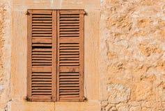 Stara drewniana nadokienna żaluzja z wieśniak ściany tłem fotografia royalty free