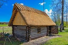 Stara drewniana sauna beli kabina z pokrywającym strzechą dachem Hiiumaa wyspa, E Zdjęcie Stock