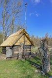 Stara drewniana sauna beli kabina z pokrywającym strzechą dachem Hiiumaa wyspa, E Zdjęcie Royalty Free