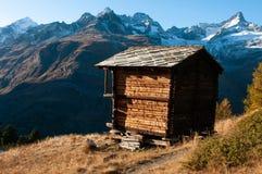 Stara drewniana składowa buda, Szwajcarscy Alps Zermatt Szwajcaria zdjęcia royalty free