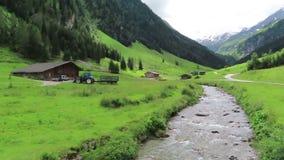 Stara drewniana stajnia na Schoenachtal dolinie w Tirol Austria Wycieczkować ślad przez doliny zbiory wideo