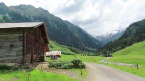 Stara drewniana stajnia na Schoenachtal dolinie w Tirol Austria Wycieczkować ślad przez doliny zdjęcie wideo