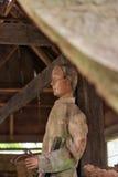 Stara drewniana statua Tau Tau Suaya jest falezy starym miejsce pochówku w Taniec Toraja Południowy Sulawesi, Indonezja Obraz Royalty Free