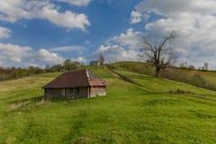 Stara drewniana struktura baca na halnej równinie carpathians Fotografia Stock