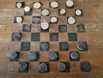 Stara drewniana szachownica z czarny i biały warcabami obrazy royalty free