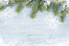Stara drewniana tekstura z śniegiem i firtree Obraz Royalty Free