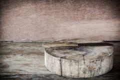 Stara drewniana tnąca deska i nóż na drewnianym Obraz Stock