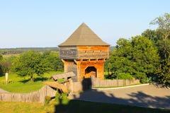 Stara drewniana wieża obserwacyjna w Subotiv wiosce Zdjęcie Royalty Free