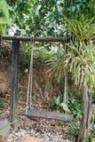 Stara drewno huśtawki ławka w parku obraz royalty free