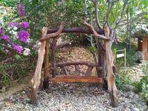 Stara drewno huśtawki ławka w parku zdjęcia stock