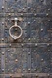 Stara drzwiowa rękojeść na żelaznym średniowiecznym drzwi w Gdańskim, Polska zdjęcia stock