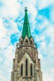 Stara Dziejowa katedra z zieleń dachem, niebieskie niebo, Tonujący Obrazy Stock
